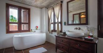 Victoria Xiengthong Palace - Luang Prabang - Bathroom