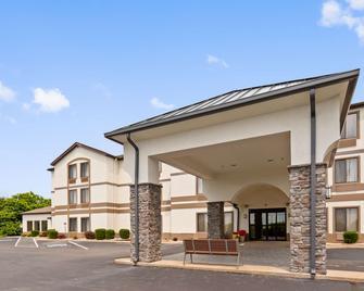 Best Western St. Clairsville Inn & Suites - Saint Clairsville - Building