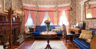 Coolidge Corner Guest House - Brookline - Living room