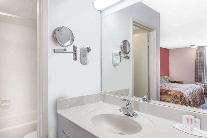 Days Inn by Wyndham Martin - Martin - Bathroom