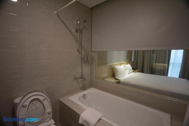 Gtv Hotel & Service Apartment - Bekasi - Bathroom