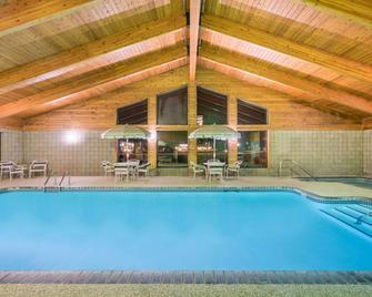 Days Inn & Suites by Wyndham Baxter Brainerd Area - Baxter - Pool