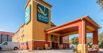 Quality Inn & Suites SeaWorld North - San Antonio - Toà nhà