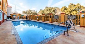 Quality Inn & Suites SeaWorld North - San Antonio - Pool