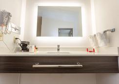 SureStay Hotel by Best Western Seaside Monterey - Seaside - Bathroom