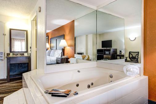 Quality Inn Creekside - Downtown Gatlinburg - Gatlinburg - Bathroom