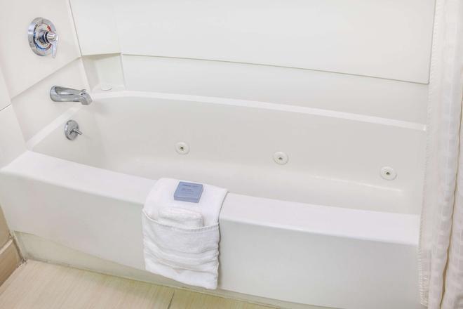 布隆明頓溫德姆豪頓套房酒店 - 布隆明頓 - 布盧明頓 - 臥室