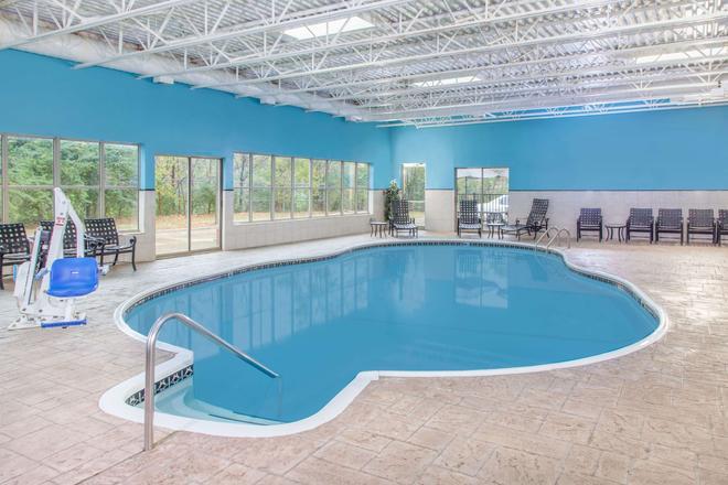 布隆明頓溫德姆豪頓套房酒店 - 布隆明頓 - 布盧明頓 - 游泳池