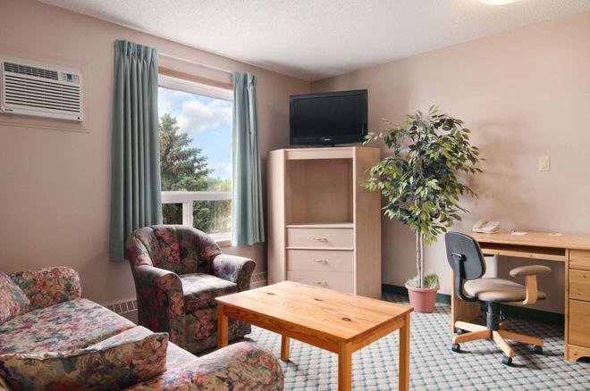 Travelodge by Wyndham Edmonton Airport - Leduc - Living room