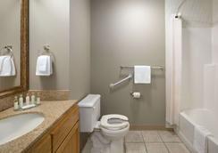 Travelodge by Wyndham Edmonton Airport - Leduc - Bathroom