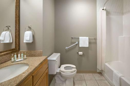 Travelodge by Wyndham Edmonton Airport - Leduc - Bathroom