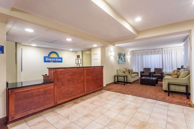 Days Inn by Wyndham Charlottesville/University Area - Charlottesville - Front desk