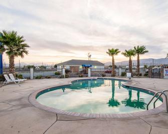 Motel 6 Mojave Airport - Mojave - Pool