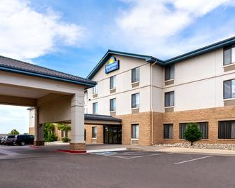 Days Inn & Suites by Wyndham Denver International Airport - Denver - Building