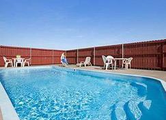 Super 8 by Wyndham Gainesville TX - Gainesville - Pool
