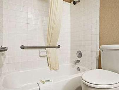 Super 8 by Wyndham Gainesville TX - Gainesville - Bathroom