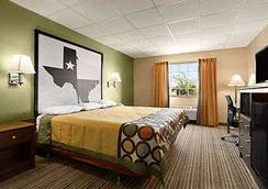 Super 8 by Wyndham Gainesville TX - Gainesville - Bedroom