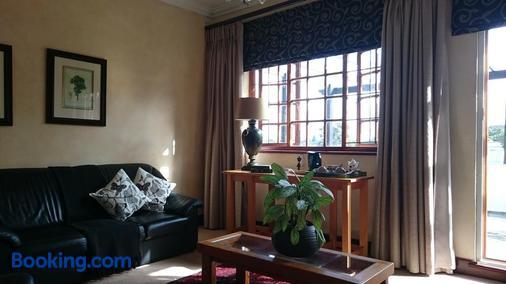 King George's Guest House - Port Elizabeth - Living room