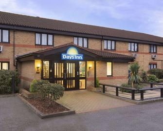 Days Inn by Wyndham London Stansted Airport - Bishop's Stortford - Building
