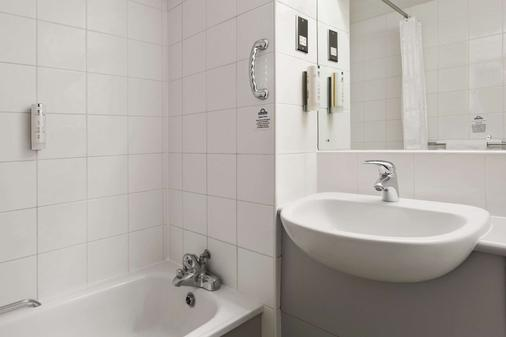 Days Inn by Wyndham London Stansted Airport - Bishop's Stortford - Kylpyhuone