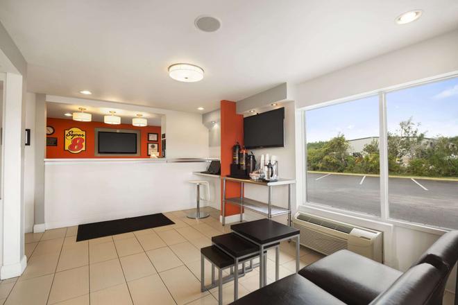 Super 8 by Wyndham Ormond Beach - Ormond Beach - Living room