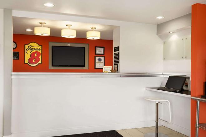 Super 8 by Wyndham Ormond Beach - Ormond Beach - Front desk