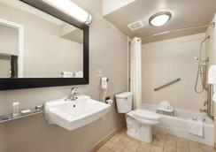 Super 8 by Wyndham Ormond Beach - Ormond Beach - Bathroom