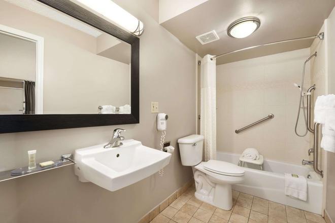 Super 8 by Wyndham Ormond Beach - Ormond Beach - Bathroom