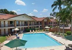 Ramada by Wyndham Temple Terrace/Tampa North - Tampa - Pool