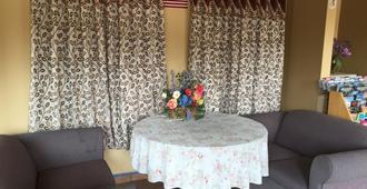 First Western Inn - Fairmont City - Living room
