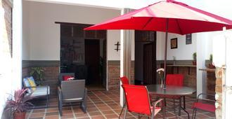 Tikay Cafe Hostel - Cali - Patio