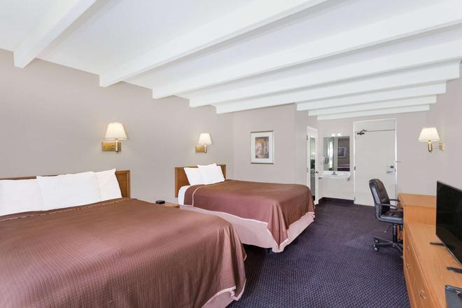 Howard Johnson by Wyndham Vero Beach / Downtown - Vero Beach - Bedroom