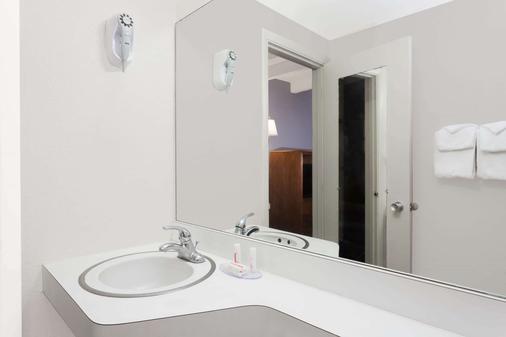 Howard Johnson by Wyndham Vero Beach / Downtown - Vero Beach - Phòng tắm