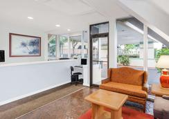 Howard Johnson by Wyndham Vero Beach / Downtown - Vero Beach - Lobby