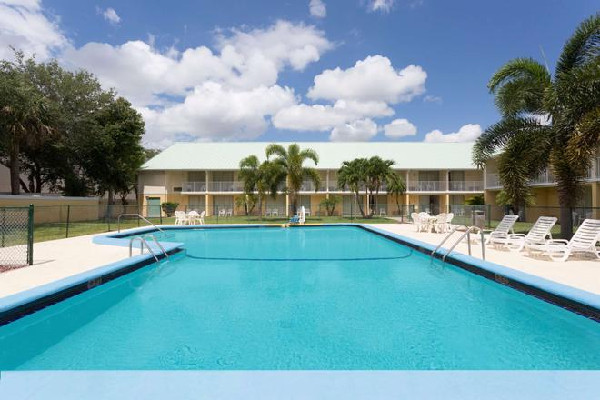 Howard Johnson by Wyndham Vero Beach / Downtown - Vero Beach - Pool