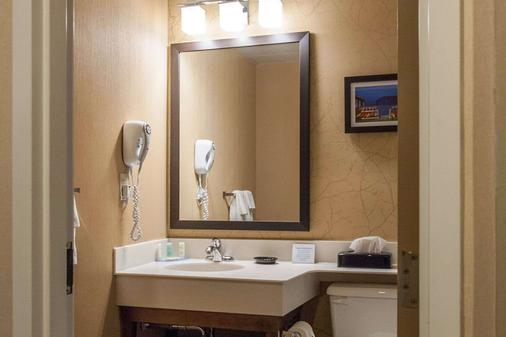 Quality Hotel & Suites - Gander - Bathroom