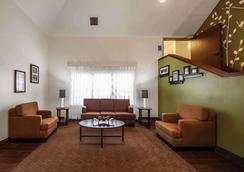 森特拉爾/44 號州際公路斯利普套房酒店 - 土爾沙 - 圖爾薩 - 大廳
