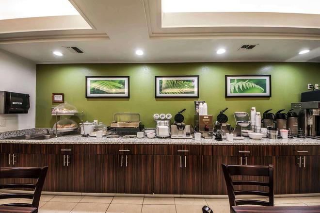 森特拉爾/44 號州際公路斯利普套房酒店 - 土爾沙 - 圖爾薩 - 自助餐