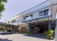 RedDoorz near Sam Ratulangi Airport - Manado - Building