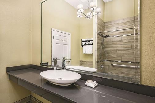 La Quinta Inn & Suites by Wyndham Laredo Airport - Laredo - Bathroom