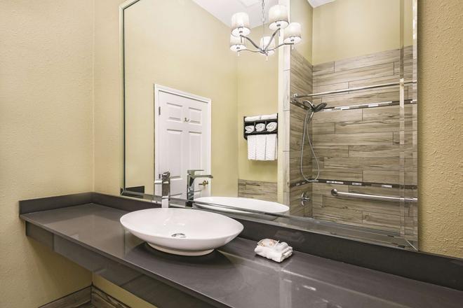拉雷多拉金塔旅館及套房機場酒店 - 拉雷多 - 拉雷多 - 浴室