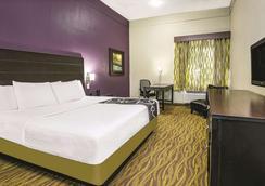 La Quinta Inn & Suites by Wyndham Laredo Airport - Laredo - Bedroom