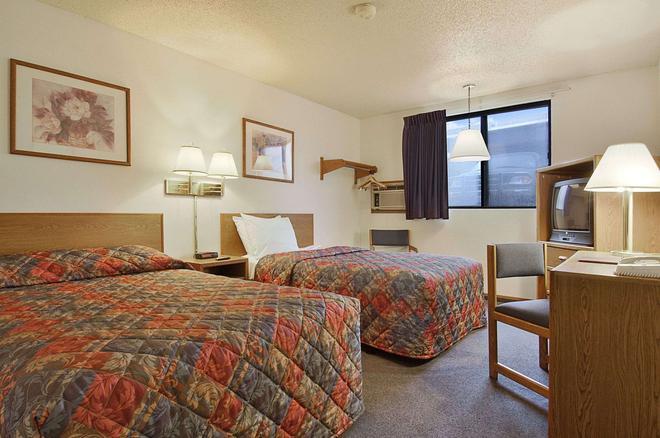 Super 8 by Wyndham Omaha/West Dodge - Omaha - Bedroom
