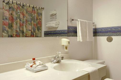 Super 8 by Wyndham Omaha/West Dodge - Omaha - Bathroom