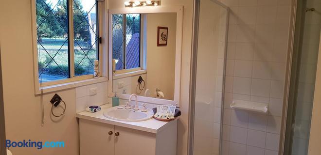 Oaktree Guest House - Narbethong - Bathroom