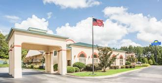 Days Inn & Suites by Wyndham Columbia Airport - West Columbia