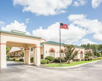 Days Inn & Suites by Wyndham Columbia Airport - West Columbia - Gebäude