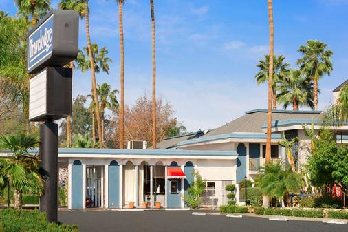 Travelodge by Wyndham Bakersfield - Bakersfield - Building