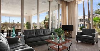Travelodge by Wyndham Bakersfield - Bakersfield - Sala de estar