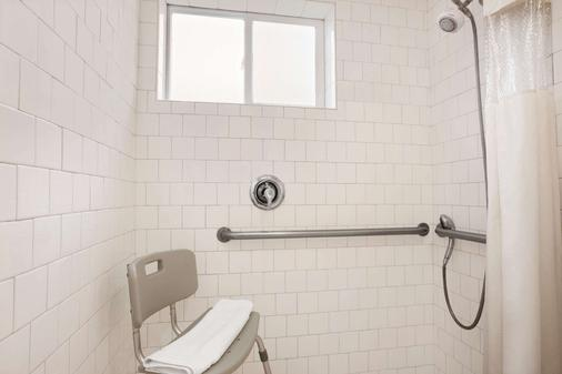 Travelodge by Wyndham Bakersfield - Bakersfield - Bathroom